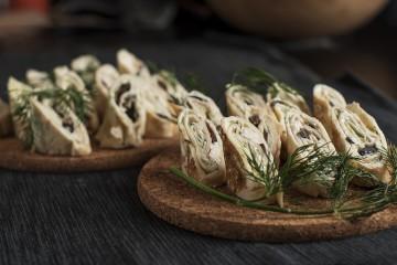 Палачинкови пънчета с катък, рукула и маслини