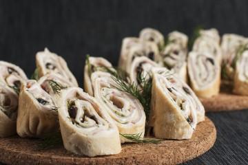 Палачинкови пънчета със свинско филе, крем сирене и краставица