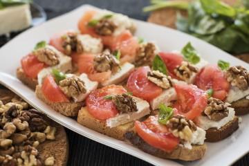 Мини сандвичи с козе сирене, орехова ядка, домат и босилек